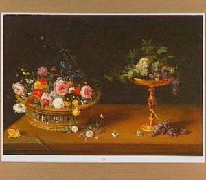 Stilleven met een mand bloemen en een tazza met druiven