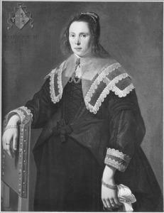 Portret van een vrouw naast een stoel