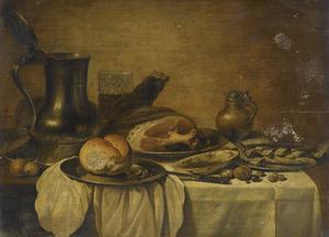 Stilleven met brood, ham en haring, met servieswerk op een half gedekte tafel