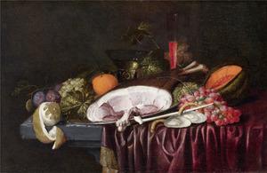 Stilleven met ham, oesters en vruchten op een tafel