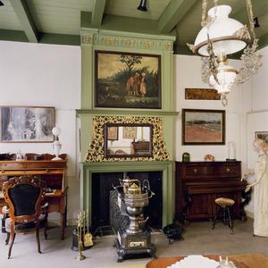Vroeg 18de eeuwse schoorsteenbetimmering met spiegel en schildering