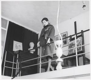 Sabine Fiedler in het atlier van haar vader, Rapenburgstraat 79 te Amsterdam, zoals het werd aangetroffen enkele dagen na zijn dood in 1962.