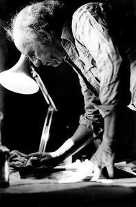 Portret van Jan Montyn aan het werk