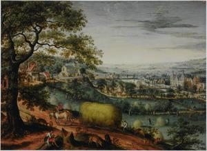 Panoramisch rivierlandschap met een gezicht op kasteel Arenberg