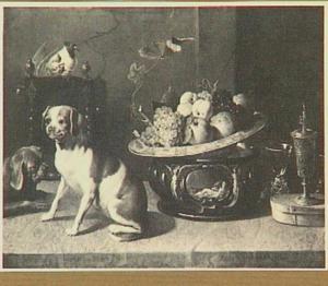 Stilleven van vruchten en glaswerk; links twee honden