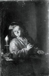 Jonge man met pijp en vuurtest bij een brandende kaars