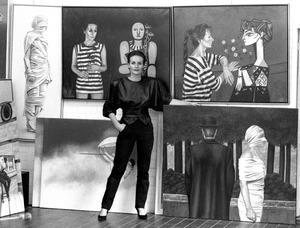 Portret van Ans Markus met schilderijen