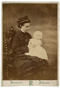 Familieportret van Sara van der Hoop (1844-1874) en Jan van der Hoop (1876-?)
