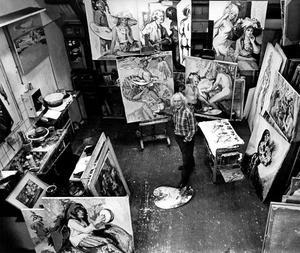 Portret van Freek van den Berg in zijn atelier