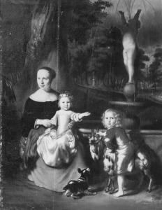 Portret van een moeder met haar zoon en dochter in een tuin