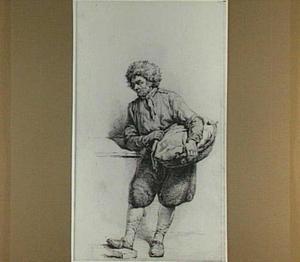 Staande man met bontmuts en platte mand, leunend op zijn rechterarm