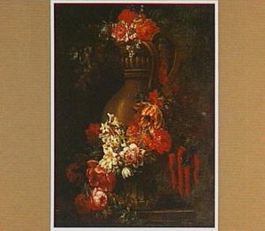 Bloemen, gedrapeerd om een ornamentale vaas