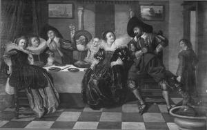 Vrolijk, rijk gekleed gezelschap rondom een tafel in een interieur