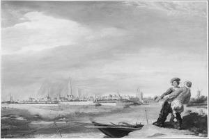 Gezicht op Zwolle; op de voorgrond twee vissers