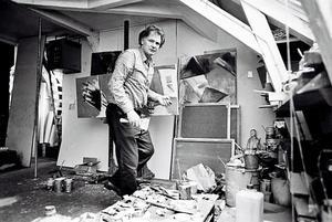 Portret van Ger Lataster in zijn atelier