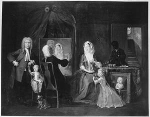 Groepsportret van een familie in een interieur, terwijl van het echtpaar een dubbelportret wordt geschilderd