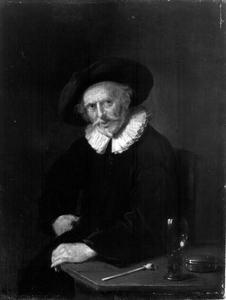 Oude man bij een tafel waarop een pijp, een roemer en een tabaksdoosje