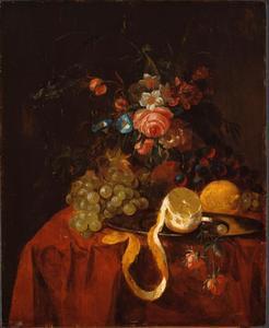 Stilleven met fruit, geschilde citroen en een boeketje