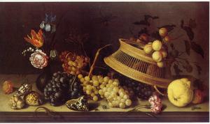 Stilleven met druiven en andere vruchten, een glazen vaasje met bloemen, een omgekeerde mand en schelpen op een tafel