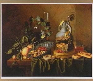 Stilleven met wijnglazen, een stenen kruik, een Wan Li-schotel en een papieren zak met noten op een deels met een groen kleed bedekte tafel