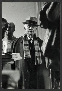 Jan Bronner bekijkt het beeld van F.M. Wibaut in het atelier van Han Wezelaar