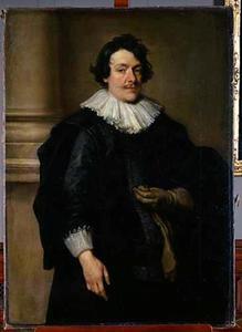 Portret van een man, staande voor een zuil met een handschoen in de hand