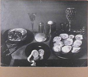 Stilleven oesters, pastei, wijnglas en siervaatwerk