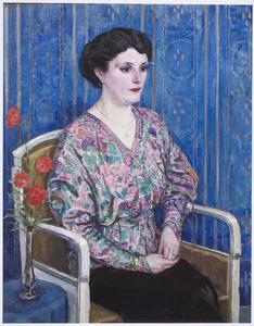 Zittende dame met gebloemde blouse