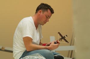 David Bade werkend in zijn atelier