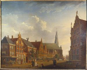 Gezicht op de Nieuwstraat te Hoorn met het Statencollege en de Grote Kerk