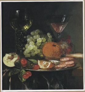 Stilleven met garnalen, fruit en wijnglazen