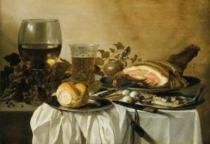 Stilleven met ham, bokking, wijn en bier