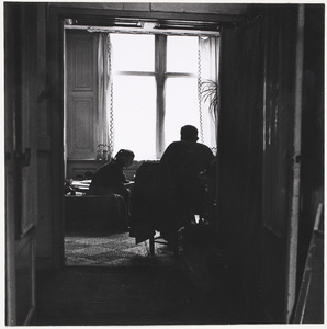 Fiedler zittend op de rug gezien op een van de laatste dagen van 1960 in zijn huis M. J. Kosterstraat 11 te Amsterdam