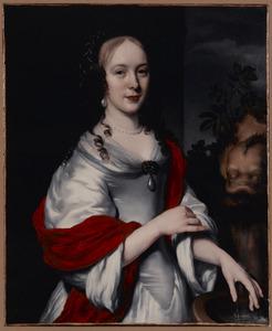 Portret van een vrouw in een satijnen jurk bij een fontein