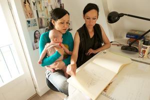 L.A. Raeven werkend in hun atelier