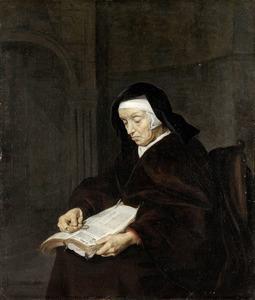 Oude vrouw lezend in een boek
