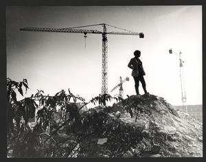 Lotti van der Gaag op de puinhopen van de Rue Veringétorix waar haar atelier stond