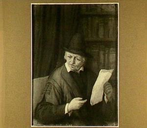 Oude man met een brief voor een boekenkast