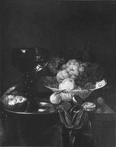 Stilleven met oesters, fruit, roemer, porseleinen schaal en horloge op een donker kleed