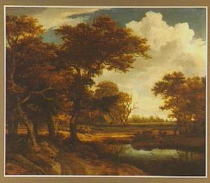 Bosrand met twee pratende mannen op een weg langs een meertje; in de verte een boerderij