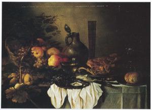 Stilleven met fruit, vlees, wijn, brood, aardewerk en fluitglas op wit tafelkleed