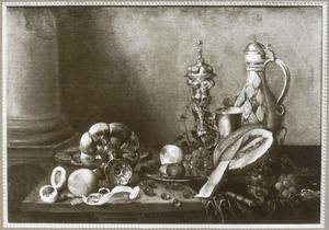 Stilleven met siervaatwerk en fruit