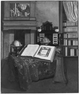 Interieur van een studeerkamer met een openliggende atlas
