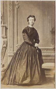 Portret van een vrouw uit familie Bisdom, waarschijnlijk Anna Cornelia Wijckerheld Bisdom (1844-...) of Carolina Johanna Jacoba Wijckerheld Bisdom (1848-1889)
