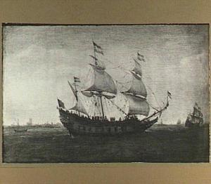 Driemaster voor de kust, links in de achtergrond een havenstad