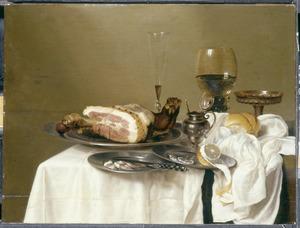 Stilleven met een ham en drinkgerei
