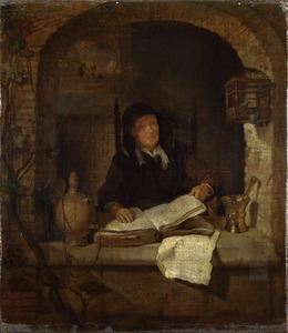 Oude vrouw met een boek in een venster