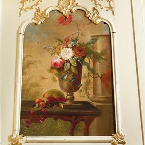 Bloemenvaas op een rococotafel