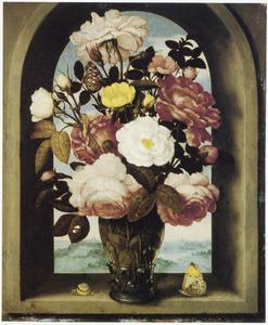Bloemstilleven van rozen in een roemer, geplaatst in een venster