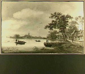 Rivierlandschap met huizen en bomen op de rechterover; in het verschiet een stadje met torenspitsen; op het water een veerpont met koeien